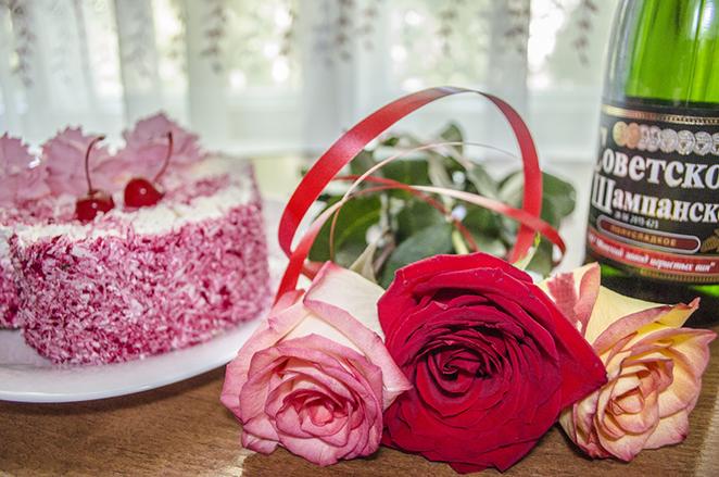 цветы, шампанское и торт