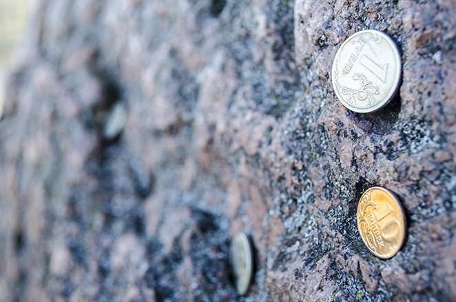 Монеты на камне
